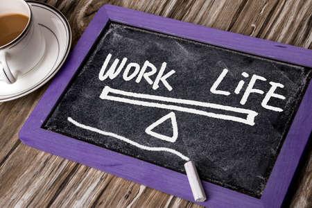 balanza: dibujado a mano equilibrio trabajo-vida en la pizarra Foto de archivo