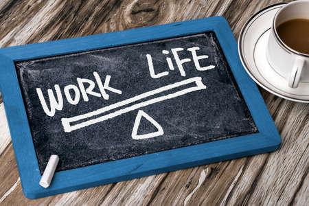 l'équilibre travail-vie dessinée à la main sur le tableau noir