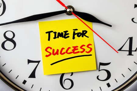 trabajo: tiempo para el éxito nota en un reloj de pared Foto de archivo