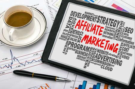 planificacion: concepto de marketing de afiliados escrita a mano en el PC tableta con palabras relacionadas nube Foto de archivo