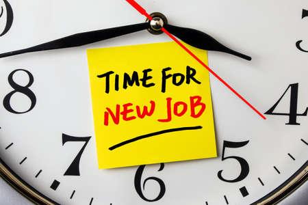 temps pour nouvel emploi sur une note collée à une horloge murale