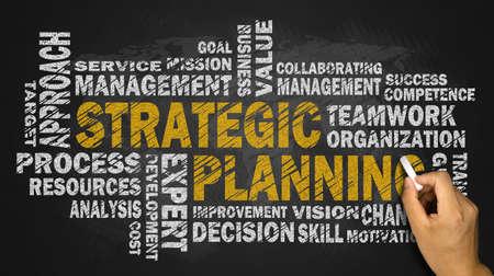 planeaci�n estrategica: estrat�gica palabra planificaci�n de la nube en la pizarra