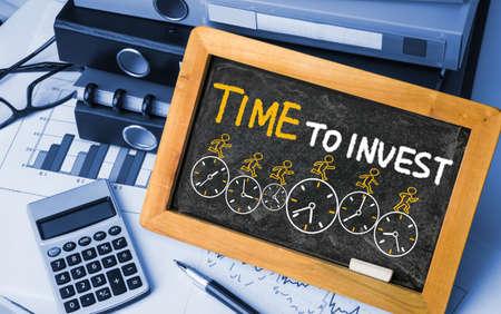 time to invest concept on blackboard Standard-Bild