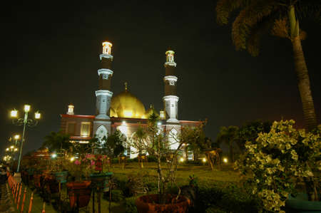 Masjid Dian Al Mahri,或者更好地称为金色圆顶清真寺,清真寺是一个优雅地站立,因为每个圆顶都被覆盖着18克拉金