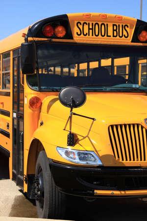 bus stop: Autob�s escolar en el lote de estacionamiento  Foto de archivo