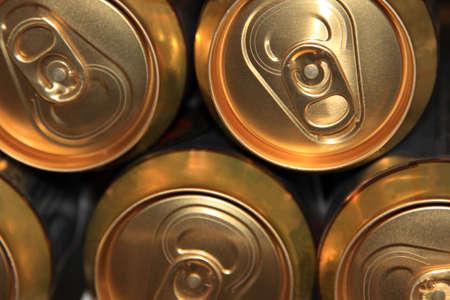 Boîte en aluminium de canettes de bière Beaucoup de barils en métal dans une usine de bière Banque d'images - 8336789