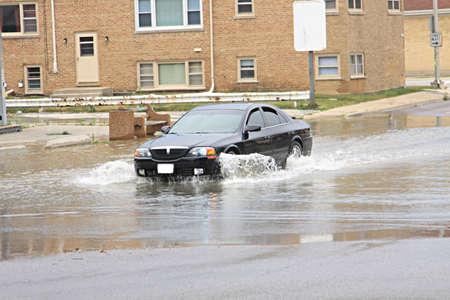 Conduite automobile dans une rue inondée Banque d'images - 10009852