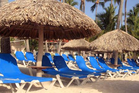 Station dominicaine avec parasols et chaises sur la plage Banque d'images - 30211959