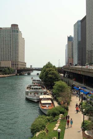 Chicago - 4 juillet: excursion en bateau sur la rivière Chicago. Photo prise le jour de l'indépendance des États-Unis le 4 juillet 2015 à Chicago. Banque d'images - 52709431