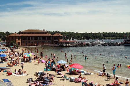 Lake Geneva, WI - Juillet 03: Lac Léman le 03 Juillet, 2016 Wisconsin. Les gens se reposent sur le lac de la plage de genève dans le Wisconsin, États-Unis. Banque d'images - 59471793