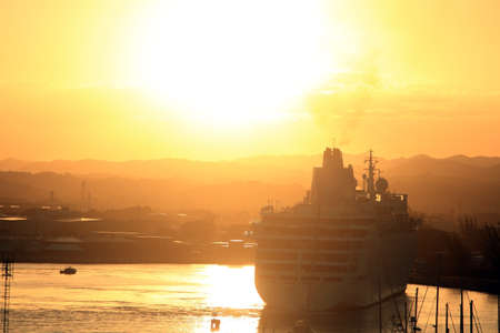 Navire de croisière à un quai du port en Jamaïque au lever du soleil Banque d'images - 62614582
