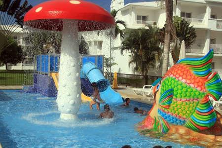 Negril, Jamaïque - 15 octobre 2016. Des enfants heureux s'amuser dans la piscine, station balnéaire à Negril, en Jamaïque. Banque d'images - 64707521