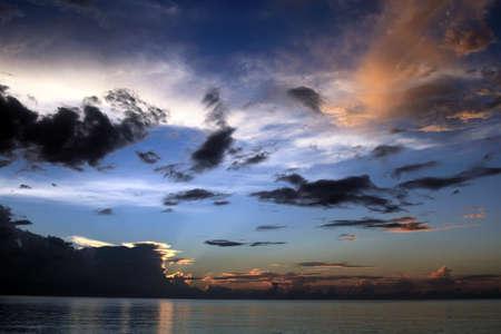 Coucher de soleil des Caraïbes en Jamaïque, Seven mile beach. Banque d'images - 67259233