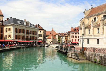 View of the old town and River Thiou in Annecy, France. Banque d'images - 106620053