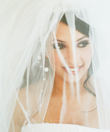 Young bride wearing a wedding gown smiling LANG_EVOIMAGES