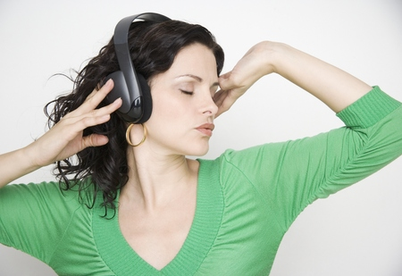Woman listening to music on headset LANG_EVOIMAGES