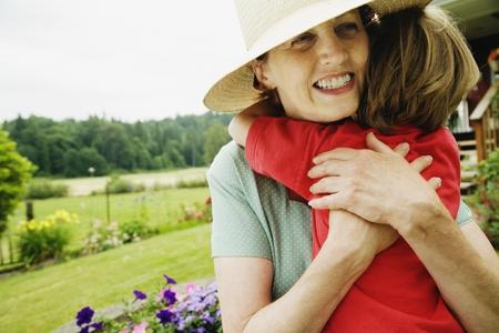 Matka objímá dítě venku