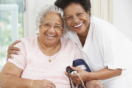 アフリカ系アメリカ人の母と微笑み合う大人の娘 LANG_EVOIMAGES