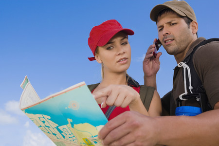 Hispanic couple looking at map LANG_EVOIMAGES