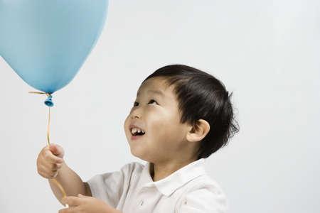 Korejský chlapec pohledu na balón LANG_EVOIMAGES