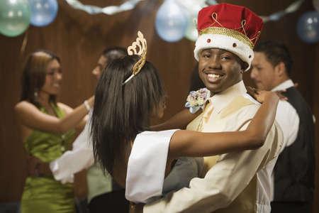Baile africano rey y reina bailando
