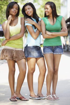 Teenage friends hanging out together LANG_EVOIMAGES