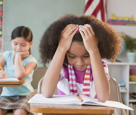 Libro de lectura de niña de escuela en el aula LANG_EVOIMAGES
