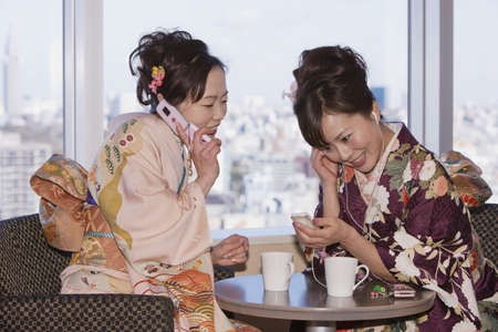 Mujeres asiáticas en traje tradicional