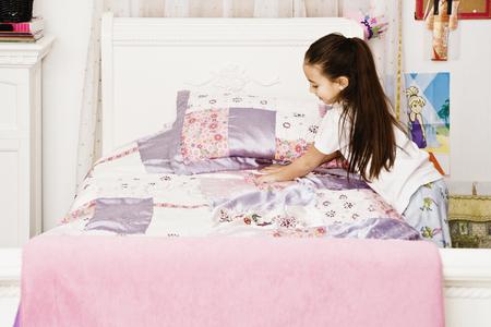 Asian girl making bed Banco de Imagens - 91402587