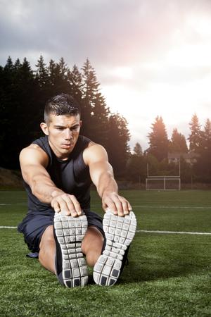 Hombre hispano que se extiende antes del ejercicio