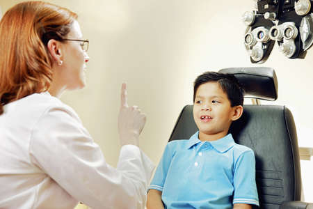 Optician examining patients vision LANG_EVOIMAGES