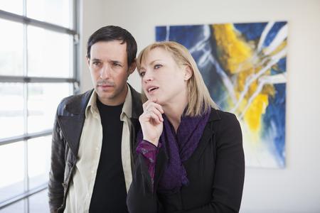Pareja mirando el arte en la galería de arte