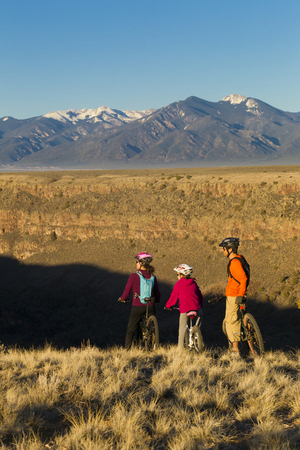 Family mountain biking together LANG_EVOIMAGES