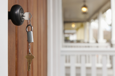 Schlüssel in der Haustür LANG_EVOIMAGES