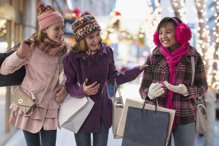 Girls shopping together in city LANG_EVOIMAGES