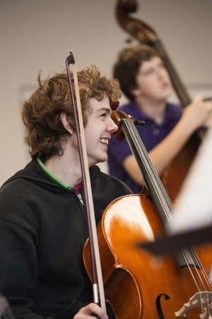Kavkazská hraje vzpřímené basy v hudební třídě