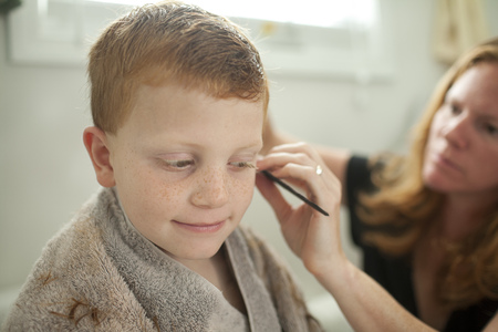 Caucasian mother giving son haircut LANG_EVOIMAGES
