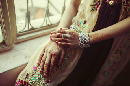 Mixed Race Girl With Henna Tattoos On Hands LANG_EVOIMAGES