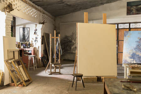 Blank canvas in artists studio LANG_EVOIMAGES