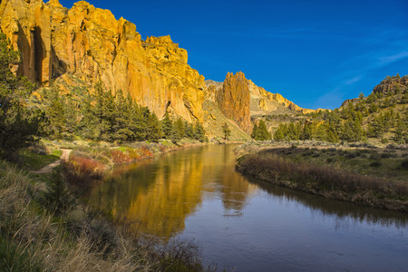 River winding through canyon, Bend, Oregon, United States LANG_EVOIMAGES
