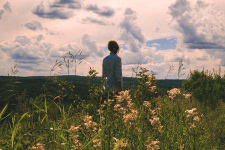 Woman standing in field of wildflowers Banco de Imagens - 102038056