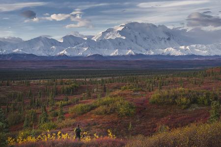 Asian hiker admiring scenic view of mountain range Banco de Imagens - 102038082