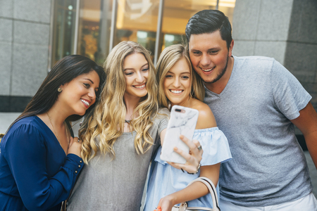 Friends posing for cell phone selfie Banco de Imagens - 102038110