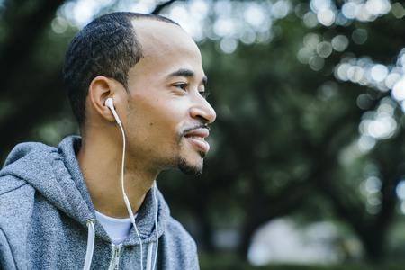 Black man listening to earbuds Banco de Imagens - 102038150