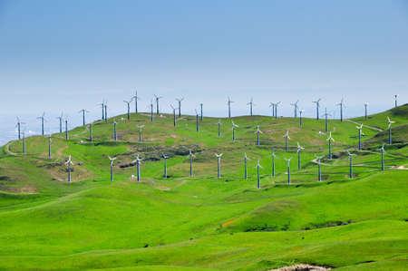 Windmühle Farm auf sanft rollenden, grüne Hügeln in Kalifornien