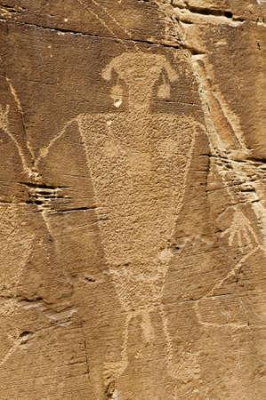 anasazi: Un petroglifo guerriero su una roccia rossa Archivio Fotografico