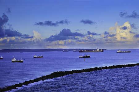 breakwater: Los buques anclados detr�s de la escollera en Col�n Panam� Foto de archivo