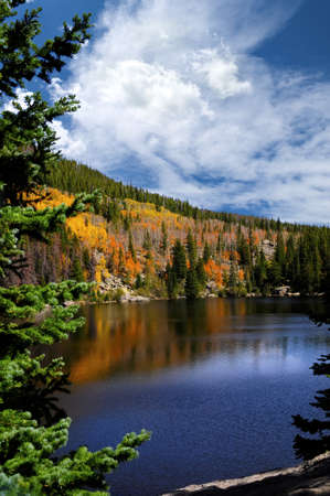 jezior: Spadek w Bear Lake w Rocky Mountain National Park, Colorado Zdjęcie Seryjne