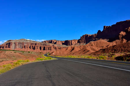 Lonely road going through Capitol Reef National Park, Utah. Imagens