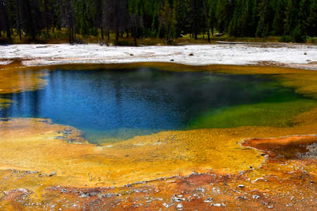 Colorful Emerald Pool at Black Sand Basin, Yellowstone National Park. Imagens